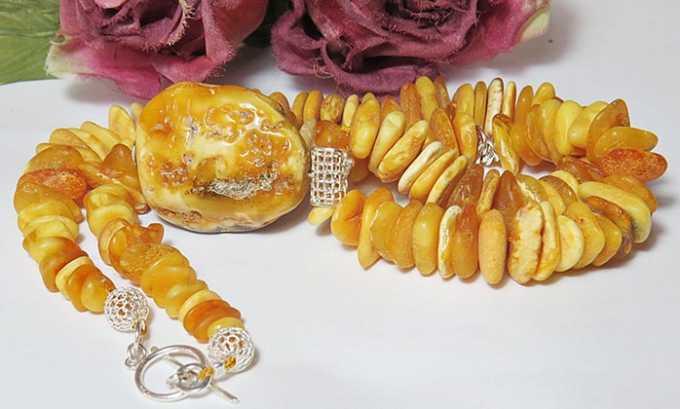 Нешлифованные камешки янтаря покрывает корочка, напоминающая засахаренный мармелад