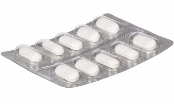Выпускается медикамент в виде таблеток плоской и округлой формы, расцветка которых может варьироваться от белого до кремового