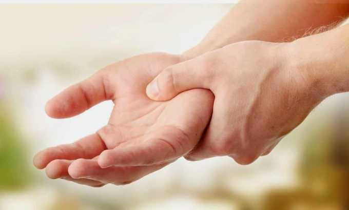 При заболеваниях щитовидной железы у пациентов наблюдается дрожание пальцев