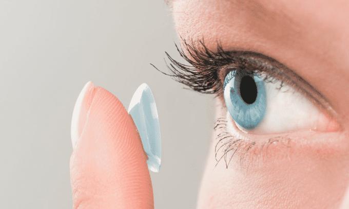В случаях когда пациент носит контактные линзы, перед применением препарата их снимают
