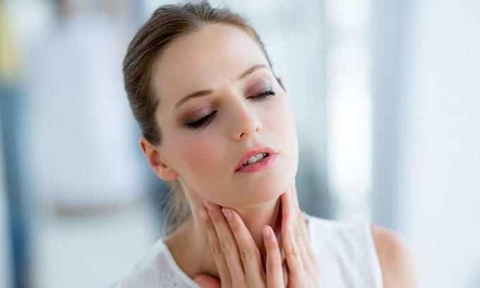 Медуллярный рак щитовидной железы приводит к проявлению болевых ощущений в передней шейной области и заметному изменению голоса