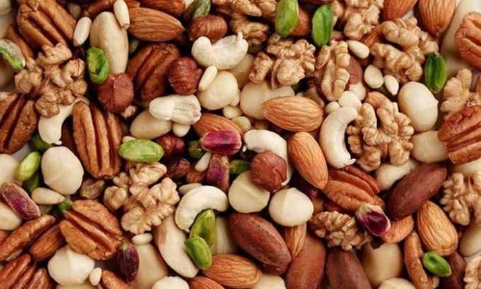 Большое количество витамина E содержится в орехах