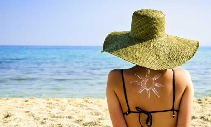Запрещено долгое время пребывать на солнце и посещать солярий, особенно людям со светлой кожей