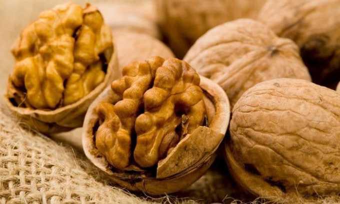 Богатые йодом грецкие орехи насыщают организм больного йодом, вызывают уменьшение размеров зоба
