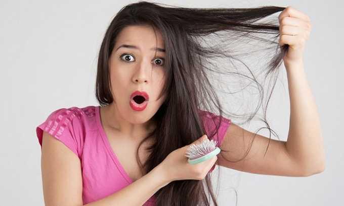 У женщины при развитии столь неприятной болезни, начинают выпадать волосы