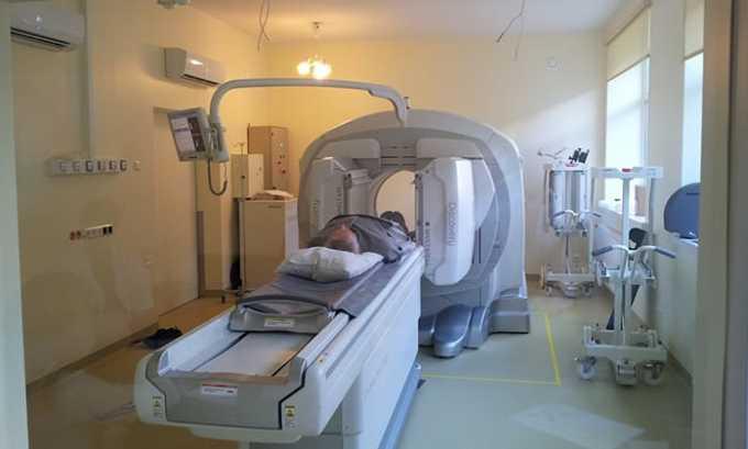 Если у больного долгое время не происходит заживление шва и схождение отека, проводят анализ по определению наличия остаточных тканей удаленной щитовидной железы. Такой анализ носит название радиоактивной йодотерапии