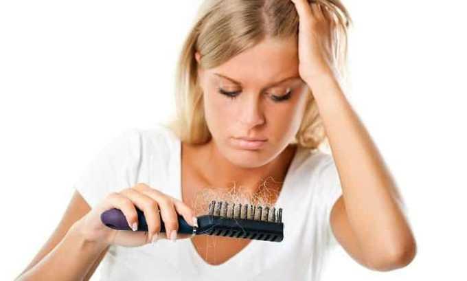 Развитие болезни провоцирует выпадение волос