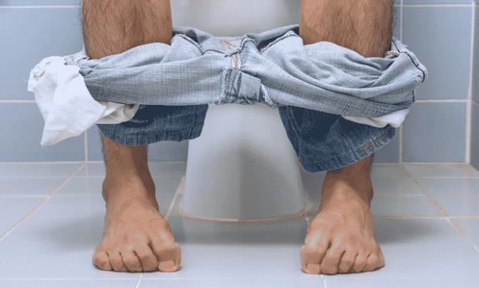 В качестве побочного эффекта при приеме Диклофенака наблюдается диарея или запор