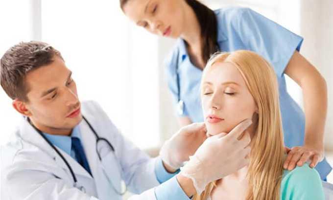 При визуальном осмотре и пальпации горла определяется размер железы, характер ее поверхности и активность, при наличии болезни она увеличенная и рыхлая на ощупь