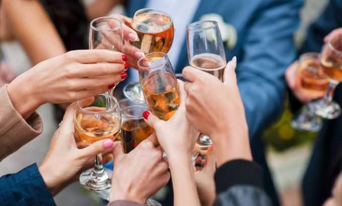 При алкогольной зависимости прием препарата противопоказан