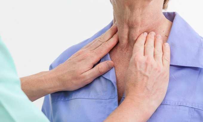 Пальпация шеи в области щитовидной железы позволяет установить ее увеличение