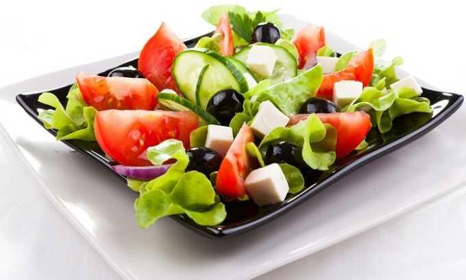 Диетологи разрешают включать в рацион свежие салаты из любых овощей