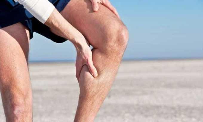 Человек испытывает очень неприятные боли в мышцах