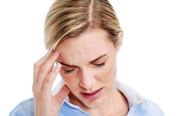 Головные боли могут быть связаны с образованием кисты в щитовидке.