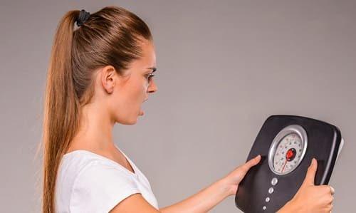 Излишек гормонов щитовидной железы вызывает исхудание, а недостаток приводит к возникновению лишнего веса