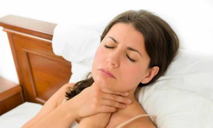 Ощущение першения в горле может быть признаком образования кисты в щитовидной железе