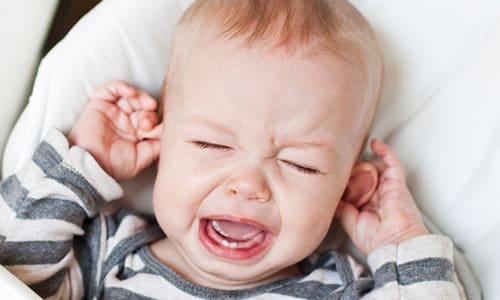 Если врачи и родители пропустили момент, болезнь прогрессирует дальше. Это проявляется задержкой развития малыша