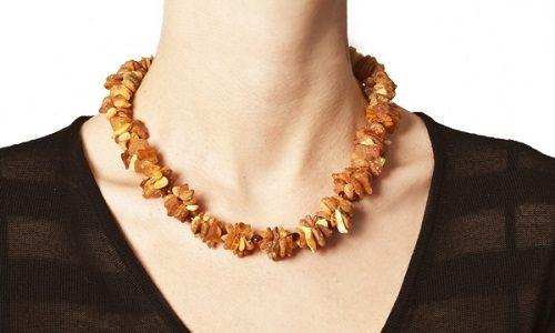 К основным народным методам лечения щитовидной железы относится и ношение плотного янтарного ожерелья