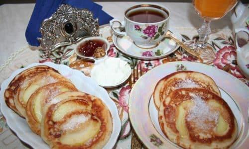 На завтрак можно приготовить оладьи из нежирного творога со сметаной и черным чаем