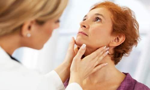 При первых признаках болезни необходимо обратиться к врачу, который проведет осмотр щитовидной железы.