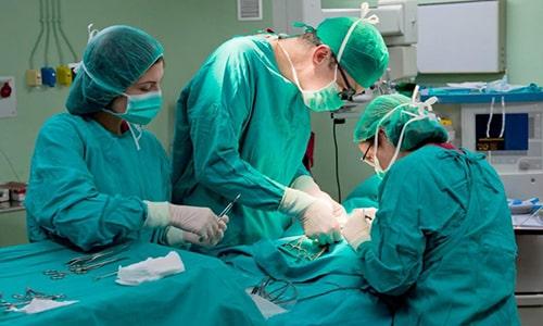 Операция на щитовидной железе не является сложной, но, как и любая другая, она вносит свои коррективы в состояние организма и самочувствие человека