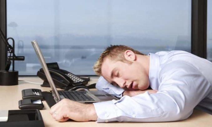 При наличии аденомы щитовидной железы присутствует постоянное ощущение сильной усталости