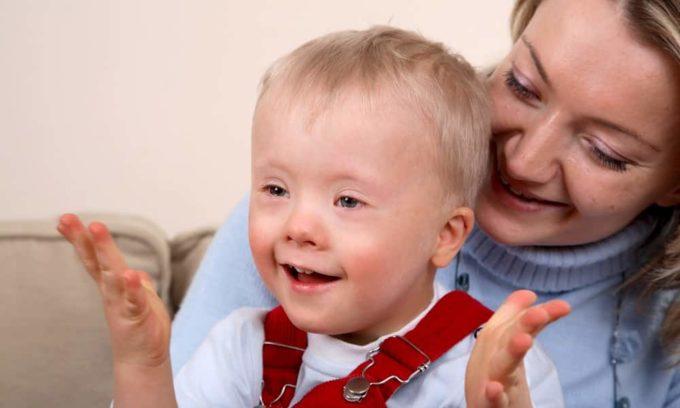 При недостатке гормонов щитовидной железы у детей наблюдается задержка умственного и физического развития