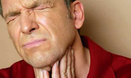 При острой гнойной форме наблюдаются сильные боли в передней части шеи, отдающие в затылок и нижнюю челюсть, они усиливаются при проглатывании пищи и поворотах головы