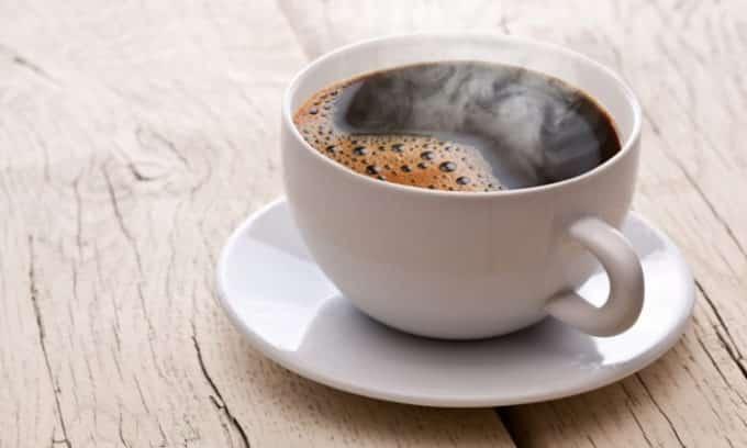 Рекомендуется 1 чашка некрепкого натурального кофе в день, так как он богат содержанием магния и витаминов группы В