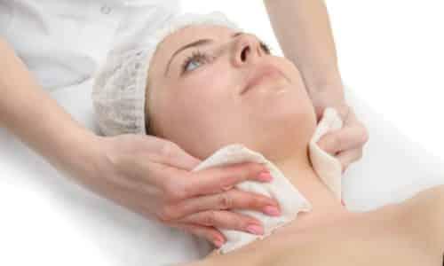 Перед началом процедуры область щитовидки обрабатывают антисептическими салфетками