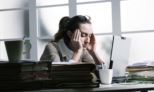 Гипотиреоз сопровождается хронической усталостью, раздражительностью и апатией, отмечается снижение работоспособности