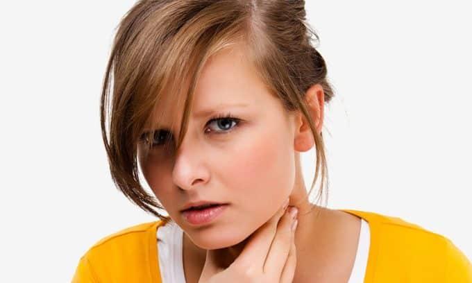 Чувство сдавливания в области шеи, ком в горле может говорить об увеличении щитовидки или образовании узлов в ней