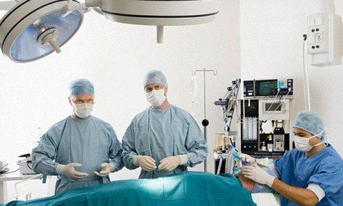 Операция по удалению опухоли проходит под общим наркозом при постоянном мониторинге содержания кальция в крови. Она длится от 1 до 6 часов
