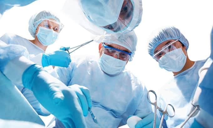Полное или частичное удаление органа помогает полностью избавиться от токсического зоба. Однако хирургическое вмешательство может привести к потребности в пожизненном приеме гормонов