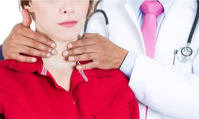 Пальпацию можно проводить, заняв положение сзади больного