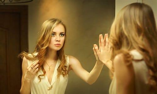 Проверить щитовидную железу в домашних условиях позволит визуальный осмотр шеи перед зеркалом