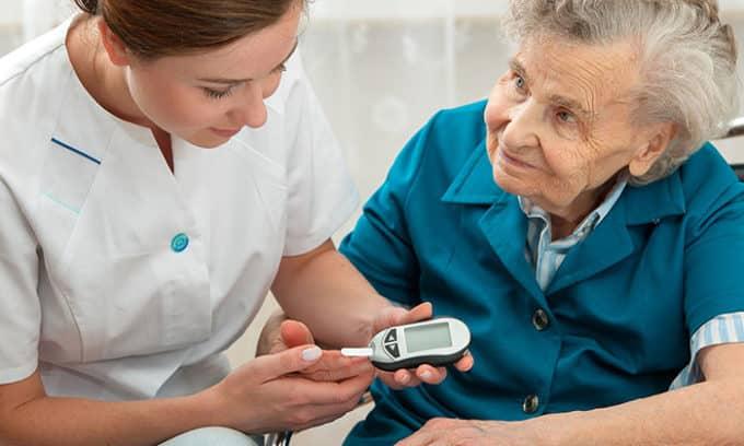 Только эндокринолог может определить, какое количество гормона должно содержаться в крови пациента, особенно если речь идет о пожилых людях