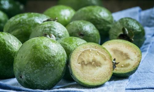 Зеленые грецкие орехи содержат максимальное количество йода, а пополнение его в организме благотворно действует на больного с узловым зобом щитовидной железы