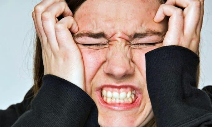 Нервозность - также один из симптомов увеличения щитовидной железы