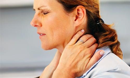 На поздних этапах появляются симптомы, связанные с увеличением новообразования и появлением метастазов, один из них боль в шее