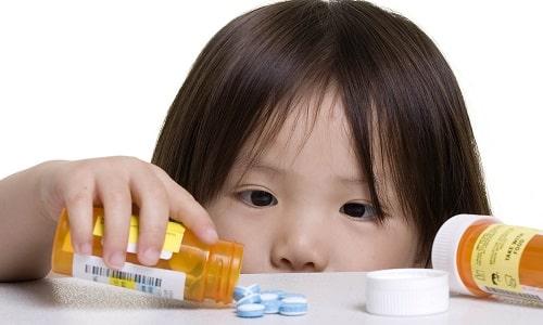 При гипотиреозе ребенку назначают лекарственную терапию тионамидами, учитывая возраст пациента и стадию болезни