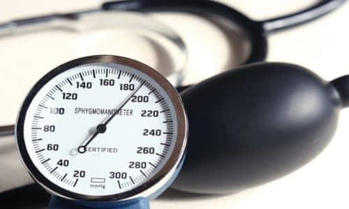 Лекарственное вещество благодаря кардиоселективному блокирующему воздействию на бета1-адренорецепторы понижает артериальное давление