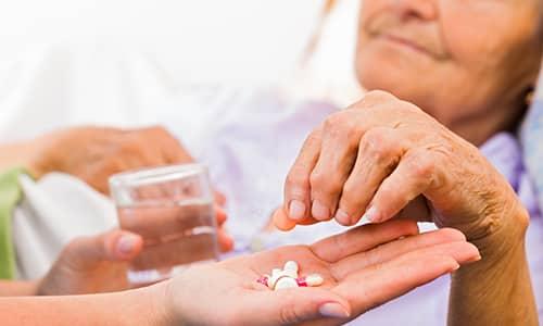 Пожилым людям сначала назначается 25 мкг препарата. У этой группы пациентов дозировку повышают постепенно в течение 1,5-3 месяцев