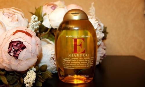 Шампунь с витамином Е помогает насытить кожу головы и волосы требуемыми полезными веществами