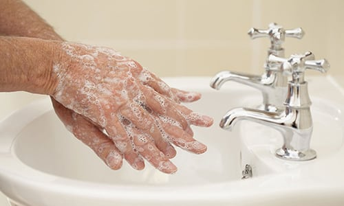 После нанесения мази нужно тщательно мыть руки (если лечатся другие части тела) и не допускать попадания в глаза и на слизистые