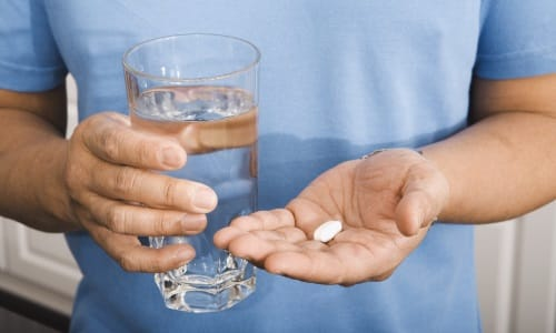 Для того чтобы витамин действовал, достаточно принимать 1-2 мг ежедневно вместе с пищей или лекарственными препаратами