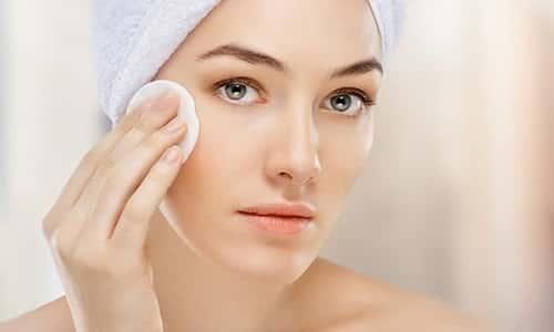 Максимальную осторожность необходимо соблюдать при нанесении спрея на кожу лица